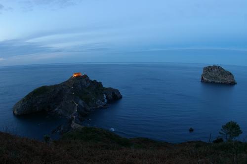 San Juan de Gaztelugatxe y Aketz, hoy, durante el crepúsculo