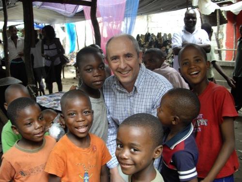 Con unos niños de los barrios pobres de Maputo. Con el elevado indice de mortandad infantil que tiene Mozambique, ¿cuantos de ellos llegarán a mi edad?