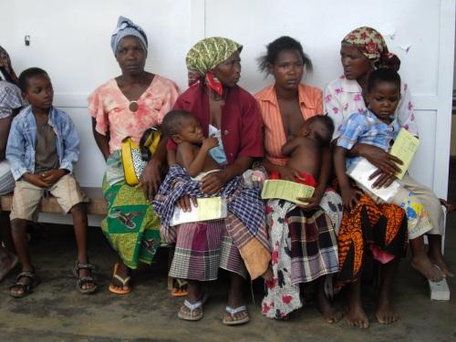 Mujeres mozambiqueñas esperando su turno para la consulta del pediatra