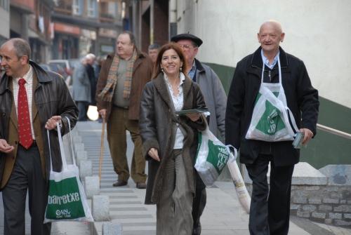 Con Izaskun Bilbao y Felix Aranbarri repartiendo propaganda electoral por las calles de Ondarroa