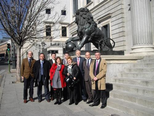 Varios diputados del PNV junto a los alcaldes y alcaldesas del Txorierri frente al Congreso de los Diputados
