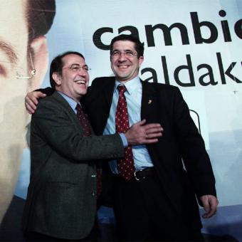 Una imagen emblemática: Nicolás Redondo encumbrando hacia lo alto a Patxi López