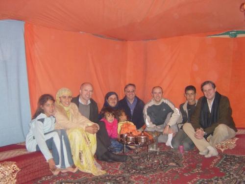 En la jaima de Fatma, junto a Pomés, Grau, Meyer y los familiares de la patrona