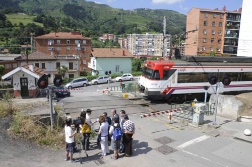 Hablando con la prensa, en el momento en el que cruzaba el tren por el casco urbano de Trapagaran