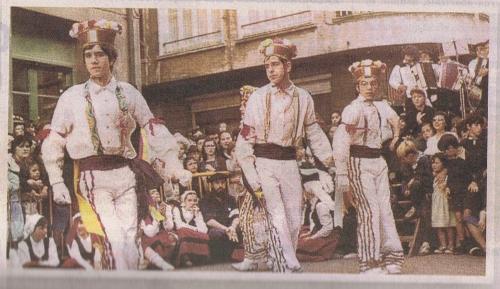 """López y sus compañeros del grupo de """"bailes vascos"""", ejecutando una danza típica de la zona montañesa de Navarra"""
