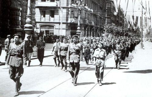 La Gran Vía de Bilbao, donde antaño se encontraba el café Lyon d´Or, asiste a un desfile de Requetés