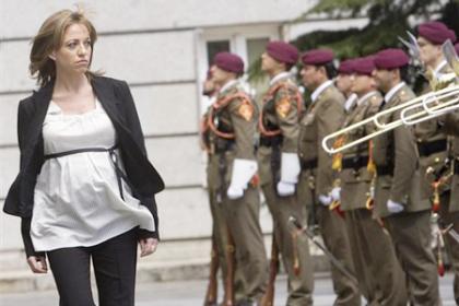 Carme Chacón pasa revisa a las tropas