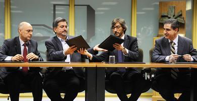 En la firma del documento que instituyó el Frente Patriótico antinacionalista (vasco)