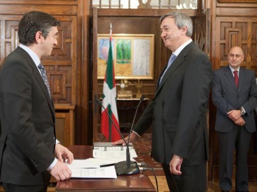 Carlos Aguirre, prometiendo el cargo de consejero de Economía y Hacienda