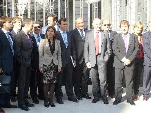 Frante al palacio del Congreso de los diputados, junto al alcalde de Bermeo, Izaskun Bilbao y el grupo de armadores que asistió al pleno