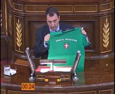 Aitor Esteban exhibiendo la camiseta de la selección vasca de fútbol desde la tribuna del Congreso de los diputados