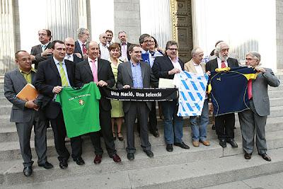 Fotografía obtenida en la puerta del Congreso el 18 septiembre de 2007, tras el debate mantenido en el Pleno en torno al reconocimiento de las selecciones nacionales catalana, gallega y vasca. En ella se ve a diputados de varias formaciones nacionalistas