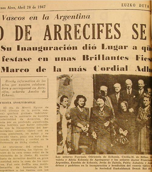 """Argentinako """"Arrecifes"""" herrian, """"Euskaldunak denak bat"""" elkartearen egoitzaren inaugurazioan, 1947ko  Aberri Egunean. Basterretxea, argazkiaren goi partean ikus daiteke korbatarekin"""