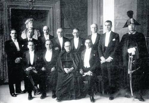 Burukide, diputatu eta kargu publiko jeltzaleak, 1936an Vaticano-ra joan zireneko argazkia. Basterretxea -garai hartan Tribunal de Garantías Constitucionales delako organoaren kidea zen- zutunik, ezkerretik hirugarren lekuan ikusten dena da.